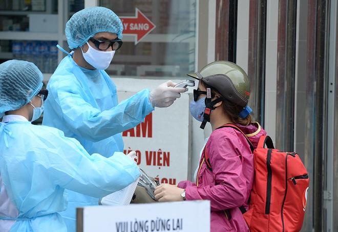 [Ảnh] Bệnh viện Bạch Mai ngừng khám theo yêu cầu, kiểm tra thân nhiệt người vào viện sau khi 2 nữ điều dưỡng nhiễm Covid-19 - Ảnh 4.