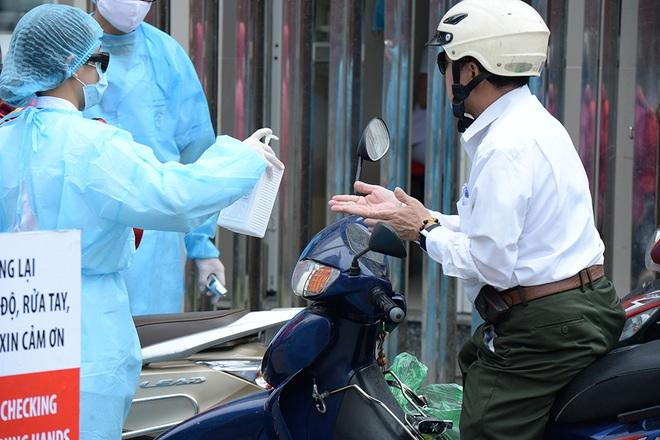 [Ảnh] Bệnh viện Bạch Mai ngừng khám theo yêu cầu, kiểm tra thân nhiệt người vào viện sau khi 2 nữ điều dưỡng nhiễm Covid-19 - Ảnh 9.