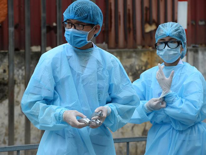 [Ảnh] Bệnh viện Bạch Mai ngừng khám theo yêu cầu, kiểm tra thân nhiệt người vào viện sau khi 2 nữ điều dưỡng nhiễm Covid-19 - Ảnh 12.