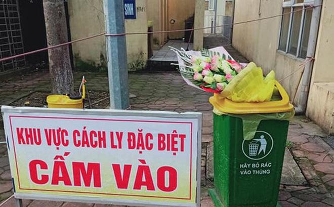 Hình ảnh phản cảm: Được tặng hoa chúc mừng hết cách ly, nam thanh niên ném vào thùng rác