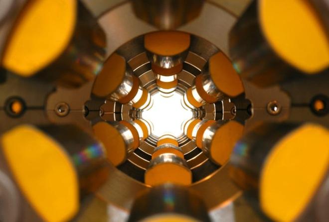 """Giải mã cuộn giấy cổ ở Italia: Nhà khoa học sử dụng ngọn đuốc"""" sáng hơn Mặt Trời 10 tỷ lần - Ảnh 2."""