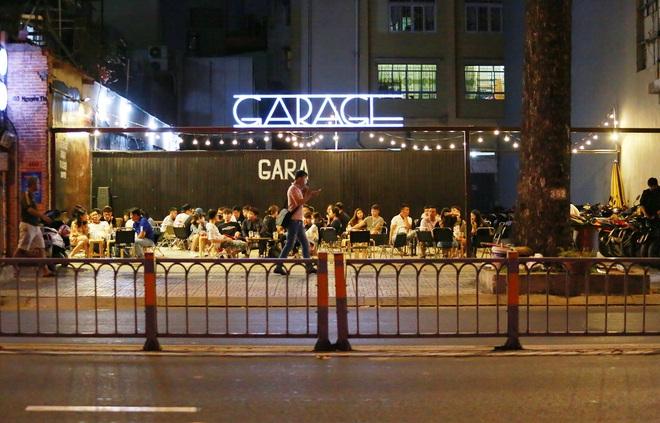 Sài Gòn vắng lặng sau khi nhà hàng, phòng gym, salon tóc đóng cửa, nhưng lác đác quán xá vỉa hè đông vui - Ảnh 10.