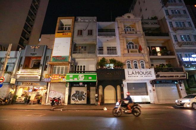 Sài Gòn vắng lặng sau khi nhà hàng, phòng gym, salon tóc đóng cửa, nhưng lác đác quán xá vỉa hè đông vui - Ảnh 4.
