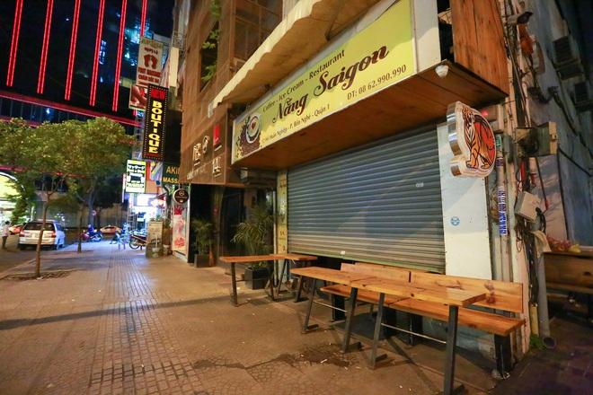 Sài Gòn vắng lặng sau khi nhà hàng, phòng gym, salon tóc đóng cửa, nhưng lác đác quán xá vỉa hè đông vui - Ảnh 3.