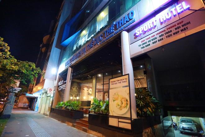 Sài Gòn vắng lặng sau khi nhà hàng, phòng gym, salon tóc đóng cửa, nhưng lác đác quán xá vỉa hè đông vui - Ảnh 5.