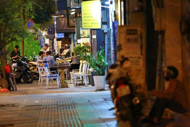 Sài Gòn vắng lặng sau khi nhà hàng, phòng gym, salon tóc đóng cửa, nhưng lác đác quán xá vỉa hè đông vui - Ảnh 9.