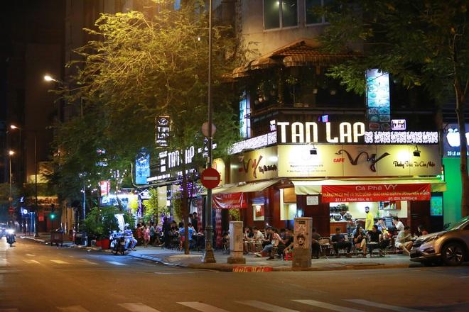 Sài Gòn vắng lặng sau khi nhà hàng, phòng gym, salon tóc đóng cửa, nhưng lác đác quán xá vỉa hè đông vui - Ảnh 12.