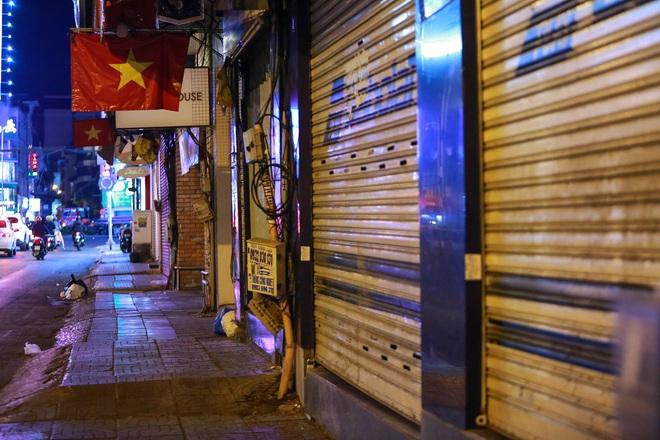 Sài Gòn vắng lặng sau khi nhà hàng, phòng gym, salon tóc đóng cửa, nhưng lác đác quán xá vỉa hè đông vui - Ảnh 1.
