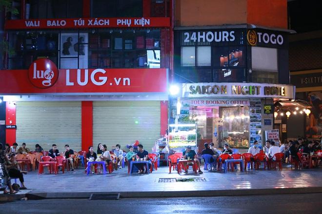 Sài Gòn vắng lặng sau khi nhà hàng, phòng gym, salon tóc đóng cửa, nhưng lác đác quán xá vỉa hè đông vui - Ảnh 8.