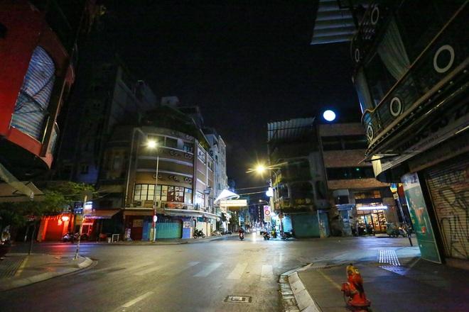 Sài Gòn vắng lặng sau khi nhà hàng, phòng gym, salon tóc đóng cửa, nhưng lác đác quán xá vỉa hè đông vui - Ảnh 7.
