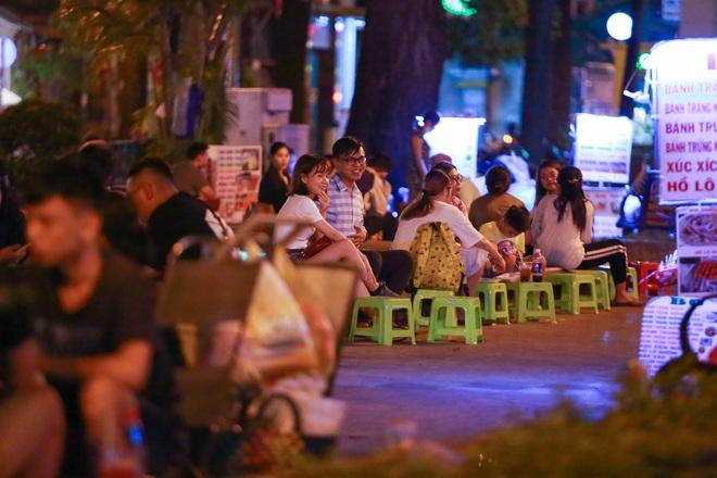 Sài Gòn vắng lặng sau khi nhà hàng, phòng gym, salon tóc đóng cửa, nhưng lác đác quán xá vỉa hè đông vui - Ảnh 11.