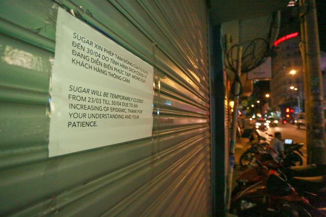 Sài Gòn vắng lặng sau khi nhà hàng, phòng gym, salon tóc đóng cửa, nhưng lác đác quán xá vỉa hè đông vui - Ảnh 2.