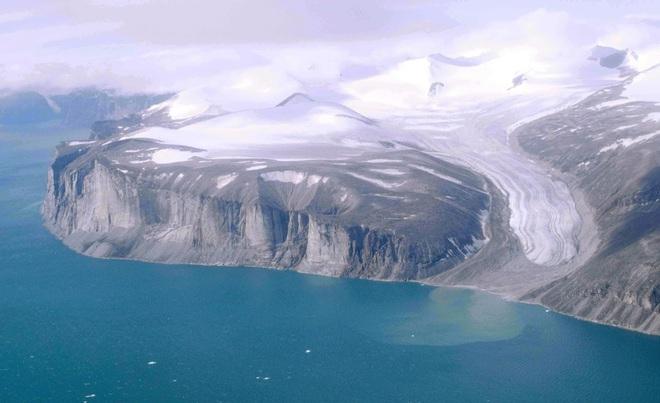 Phát hiện thứ kỳ lạ chưa từng có trên Trái Đất ở hòn đảo lớn thứ 5 thế giới: Nhà khoa học rất ngạc nhiên - Ảnh 1.