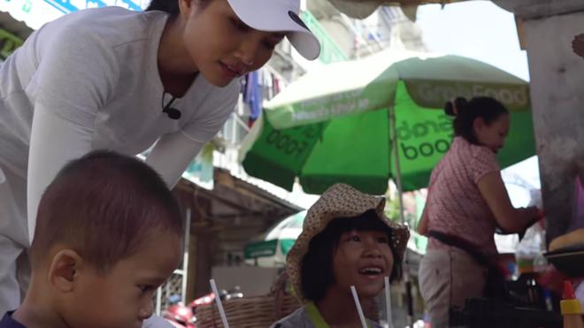 HHen Niê khiến khán giả quốc tế thích thú khi đi ăn bánh mỳ ngoài chợ - Ảnh 5.