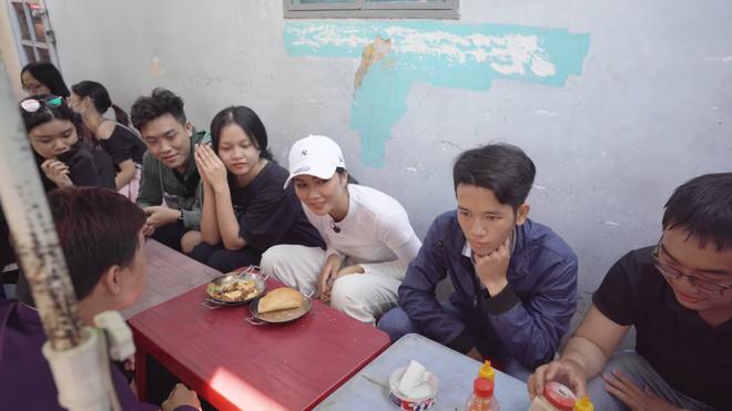 HHen Niê khiến khán giả quốc tế thích thú khi đi ăn bánh mỳ ngoài chợ - Ảnh 3.
