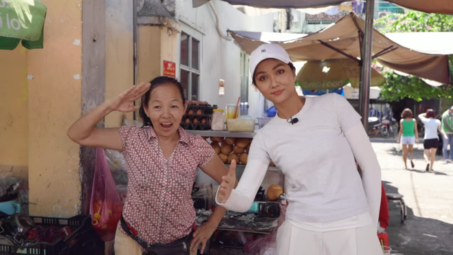 HHen Niê khiến khán giả quốc tế thích thú khi đi ăn bánh mỳ ngoài chợ - Ảnh 4.