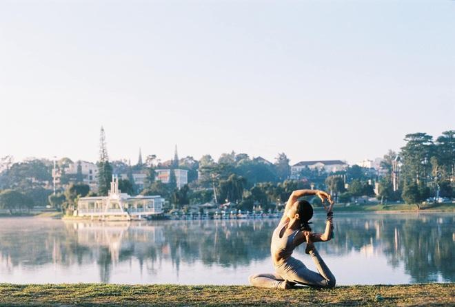 Bộ ảnh tập Yoga vòng quanh thế giới tuyệt đẹp, danh tính của nhân vật chính còn gây bất ngờ hơn - Ảnh 17.