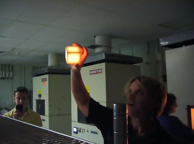 Bí ẩn phía sau viên gạch nóng 1.200 độ C có thể cầm lên bằng tay không - Ảnh 5.