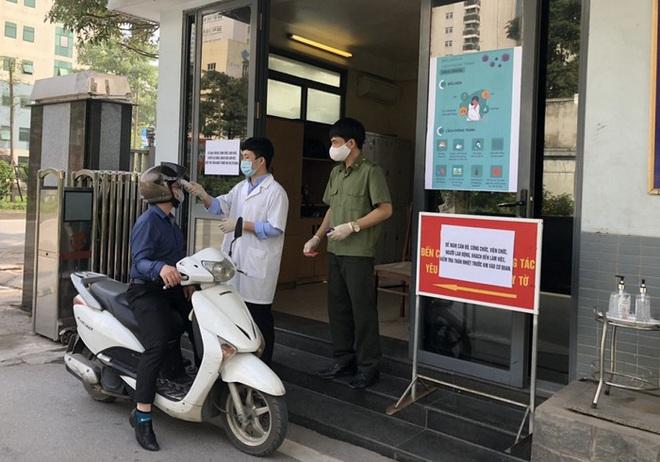 Dịch Covid-19 ngày 25/3: Bộ Nội vụ cấm công chức nhận đồ cá nhân tại nơi làm việc; Cụ bà 78 tuổi đạp xe lên xã để ủng hộ 1 triệu đồng - Ảnh 1.