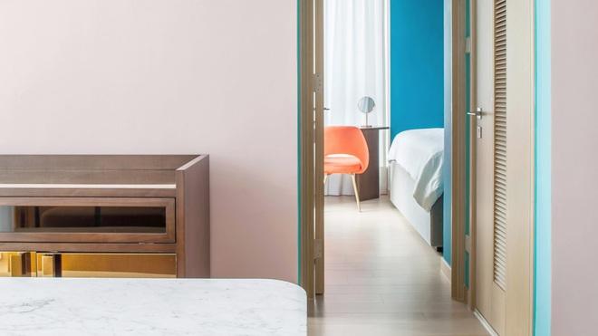 Từ nhàm chán nhạt nhẽo, căn hộ 46m² đã được lột xác với tường và đồ nội thất có màu rực rỡ - Ảnh 1.