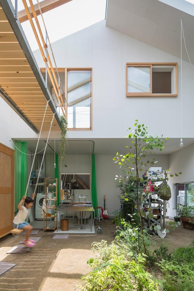 Căn nhà yên vui dưới bóng nắng và cây xanh của gia đình trẻ ở Nhật Bản - Ảnh 1.