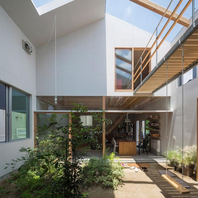 Căn nhà yên vui dưới bóng nắng và cây xanh của gia đình trẻ ở Nhật Bản - Ảnh 4.