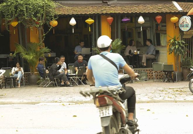 Bất chấp yêu cầu đóng cửa, nhiều quán cà phê, bia hơi ở Hà Nội vẫn hoạt động - Ảnh 1.