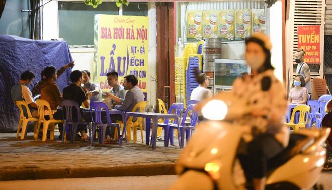 Bất chấp yêu cầu đóng cửa, nhiều quán cà phê, bia hơi ở Hà Nội vẫn hoạt động - Ảnh 6.