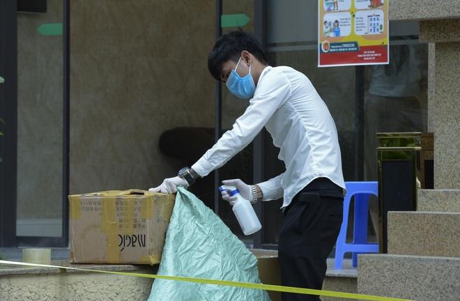[Ảnh] Hàng quán đóng cửa, đồ đạc ra vào chung cư bệnh nhân 148 sinh sống được khử khuẩn tỉ mỉ - Ảnh 11.