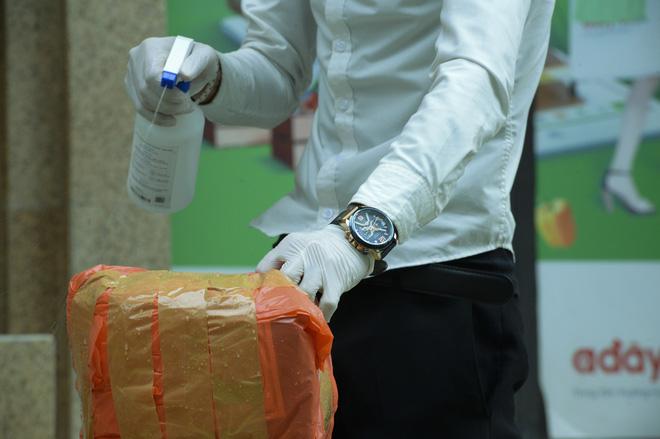[Ảnh] Hàng quán đóng cửa, đồ đạc ra vào chung cư bệnh nhân 148 sinh sống được khử khuẩn tỉ mỉ - Ảnh 12.