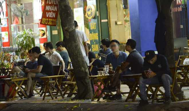 Bất chấp yêu cầu đóng cửa, nhiều quán cà phê, bia hơi ở Hà Nội vẫn hoạt động - Ảnh 3.