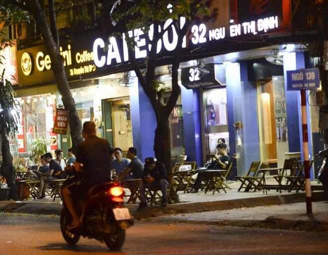 Bất chấp yêu cầu đóng cửa, nhiều quán cà phê, bia hơi ở Hà Nội vẫn hoạt động - Ảnh 2.