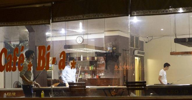 Bất chấp yêu cầu đóng cửa, nhiều quán cà phê, bia hơi ở Hà Nội vẫn hoạt động - Ảnh 9.