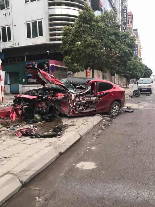 Ô tô Mazda nát đầu không rõ nguyên nhân trên hè phố, hiện trường khiến nhiều người ám ảnh - Ảnh 2.