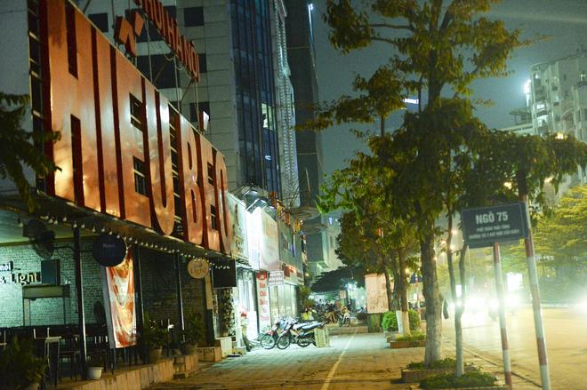 Bất chấp yêu cầu đóng cửa, nhiều quán cà phê, bia hơi ở Hà Nội vẫn hoạt động - Ảnh 12.