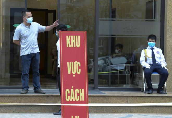 [Ảnh] Hàng quán đóng cửa, đồ đạc ra vào chung cư bệnh nhân 148 sinh sống được khử khuẩn tỉ mỉ - Ảnh 4.
