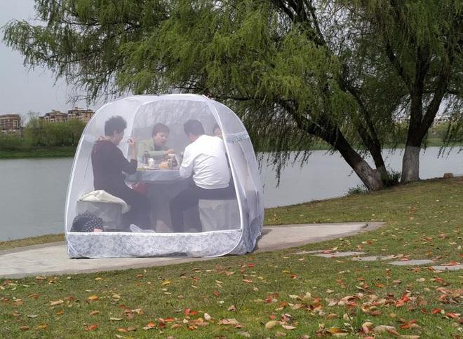 24h qua ảnh: Người Trung Quốc mắc màn ngồi ăn trong công viên - Ảnh 5.