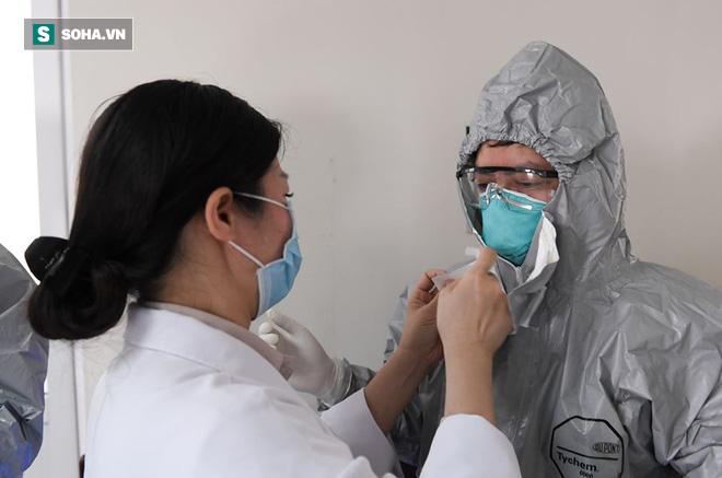 Đồng nghiệp căng mình chống dịch: Bác sĩ tuyến sau cay cay khoé mắt - Ảnh 1.