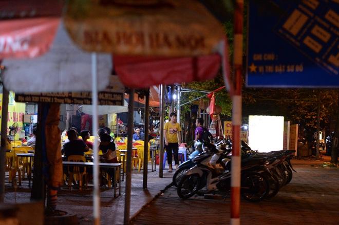 Bất chấp yêu cầu đóng cửa, nhiều quán cà phê, bia hơi ở Hà Nội vẫn hoạt động - Ảnh 7.