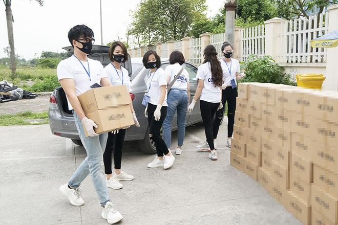 Đình Tú tặng 2000 chai nước súc miệng, khẩu trang cho bác sĩ và người dân Hà Nội - Ảnh 3.