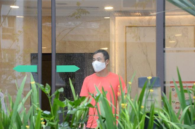 [Ảnh] Hàng quán đóng cửa, đồ đạc ra vào chung cư bệnh nhân 148 sinh sống được khử khuẩn tỉ mỉ - Ảnh 10.