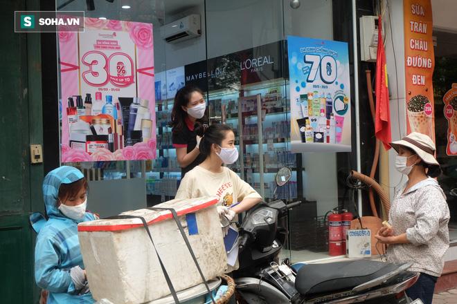 Trung tâm Hà Nội vắng lặng khi hàng loạt quán cà phê, hàng ăn đồng loạt đóng cửa - Ảnh 12.
