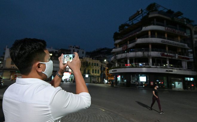 Cảnh tượng chìm trong bóng tối hiếm thấy của nhiều con phố kinh doanh sầm uất nhất Hà Nội