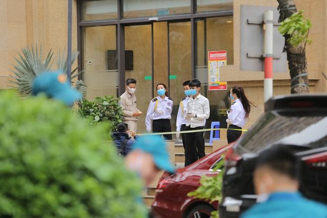 [Ảnh] Hàng quán đóng cửa, đồ đạc ra vào chung cư bệnh nhân 148 sinh sống được khử khuẩn tỉ mỉ - Ảnh 1.