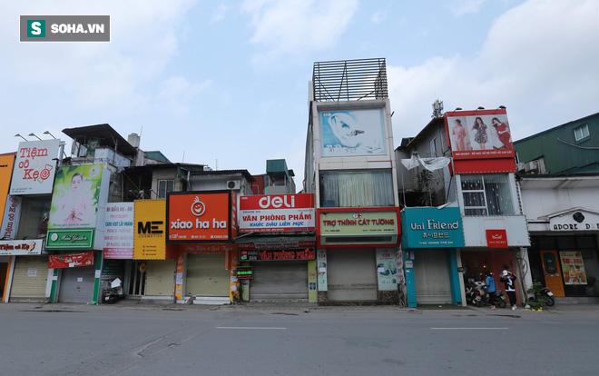 Cảnh tượng chìm trong bóng tối hiếm thấy của nhiều con phố kinh doanh sầm uất nhất Hà Nội - Ảnh 7.