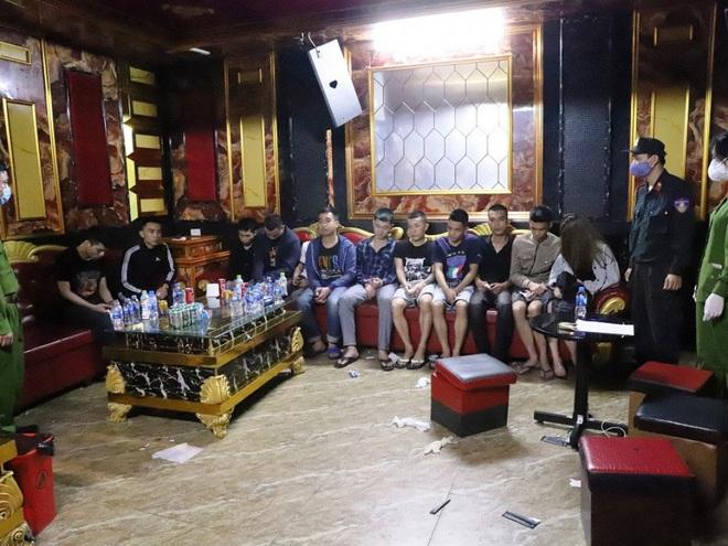 Vụ 76 nam nữ thanh niên thác loạn trong quán karaoke: Trèo lên cây trốn nhiều giờ vẫn bị bắt và đưa đi cách ly - Ảnh 2.