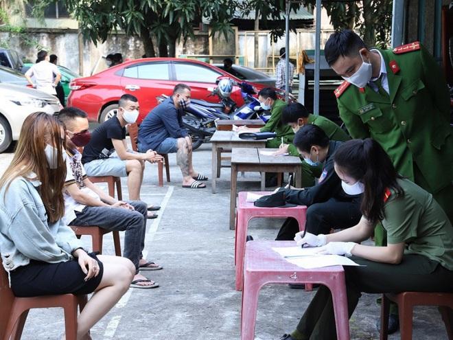 Vụ 76 nam nữ thanh niên thác loạn trong quán karaoke: Trèo lên cây trốn nhiều giờ vẫn bị bắt và đưa đi cách ly - Ảnh 10.