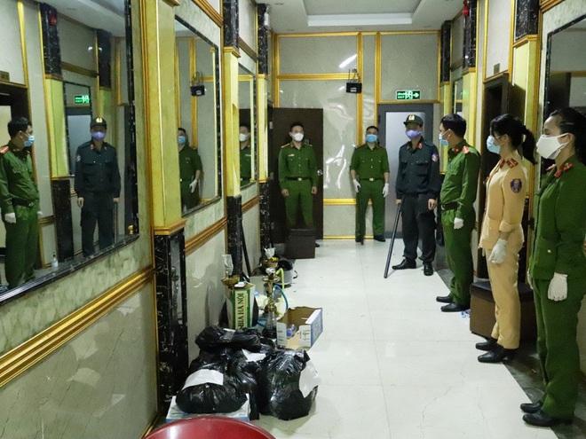 Vụ 76 nam nữ thanh niên thác loạn trong quán karaoke: Trèo lên cây trốn nhiều giờ vẫn bị bắt và đưa đi cách ly - Ảnh 1.