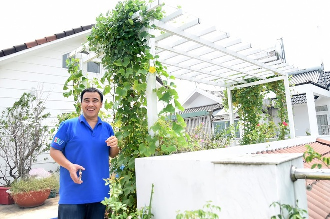 Bà xã Quyền Linh khoe thành quả thu hoạch hoa trái sai trĩu trong căn biệt thự 21 tỷ, được cả chồng lẫn 2 cô con gái xinh đẹp phụ giúp - Ảnh 1.