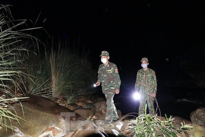 259 học viên Biên phòng lên biên giới dầm mưa chống đại dịch - Ảnh 1.
